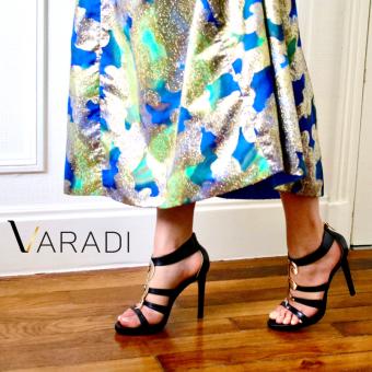 Paire de chaussures Varadi sur parquet et accompagnant une robe de soirée multicolore